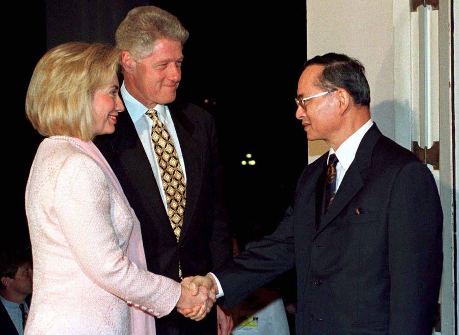 Le roi Bhumibol de Thaïlande avec le couple Clinton, à Bangkok en novembre 1996.