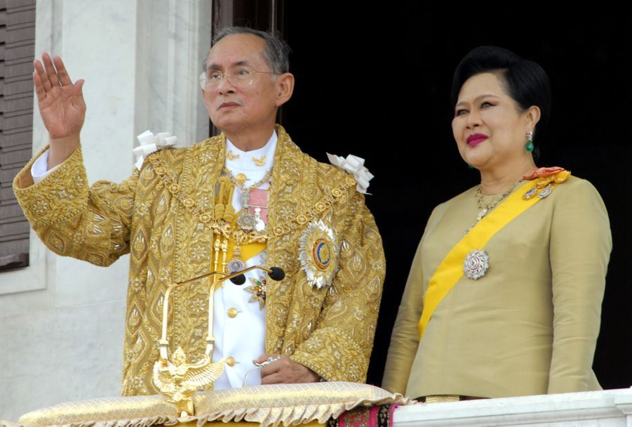 Le roi Bhumibol de Thaïlande avec son épouse la reine Sirikit, lors du jubilé des 60 ans de son règne, à Bangkok en juin 2006.