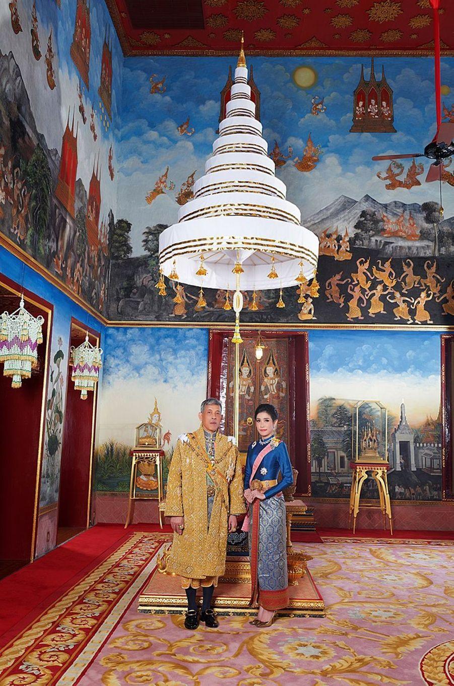 Le roi de Thaïlande Maha Vajiralongkorn (Rama X) avec Sineenat Bilaskalayani, sa concubine officielle. Photo diffusée le 26 août 2019 par le Palais royal de Thaïlande
