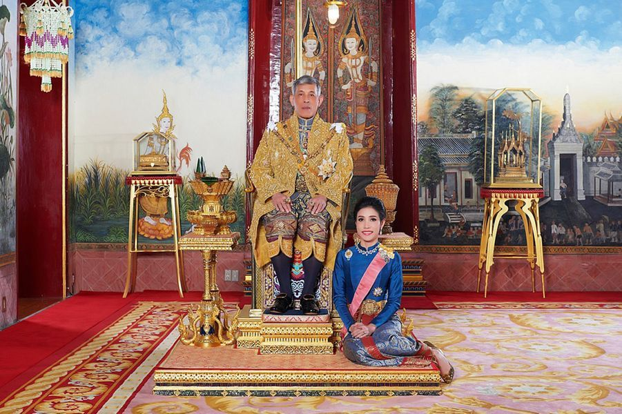 Le roi de Thaïlande Maha Vajiralongkorn (Rama X) avec sa concubine officielle Sineenat Bilaskalayani. Photo diffusée le 26 août 2019 par le Palais royal de Thaïlande