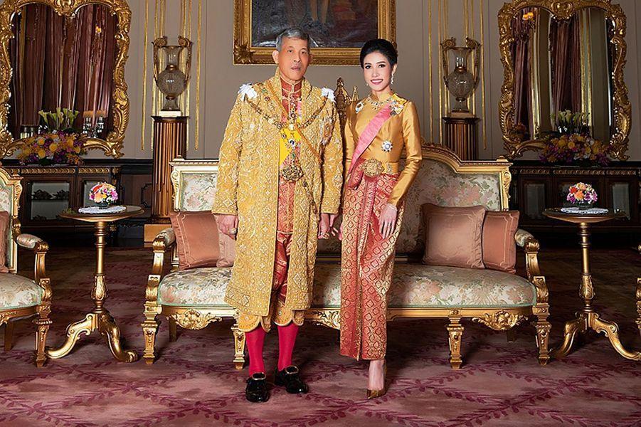 Le roi de Thaïlande Maha Vajiralongkorn (Rama X) avec Sineenat Bilaskalayani, sa concubine officielle. Cliché diffusé le 26 août 2019 par le Palais royal de Thaïlande