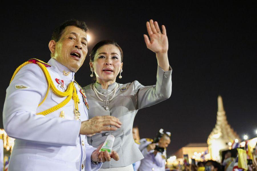 Le roi Maha Vajiralongkorn de Thaïlande et la reine Suthida à Bangkok, le 1er novembre 2020