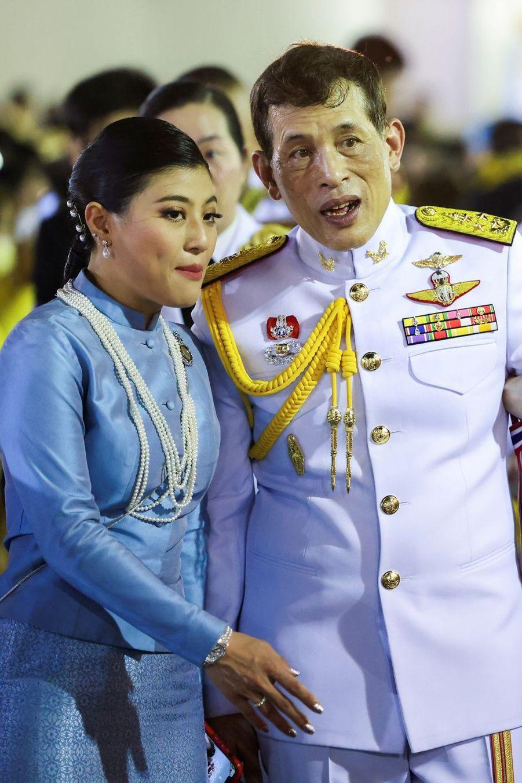 La princesse Sirivannavari Nariratana et son père le roi Maha Vajiralongkorn de Thaïlande à Bangkok, le 1er novembre 2020