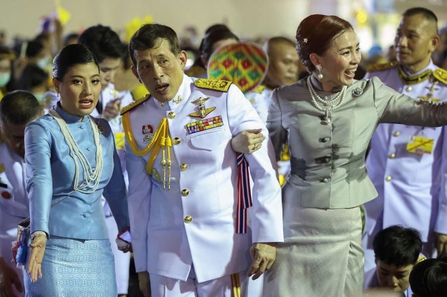 La princesse Sirivannavari Nariratana, le roi Maha Vajiralongkorn de Thaïlande et la reine Suthida à Bangkok, le 1er novembre 2020