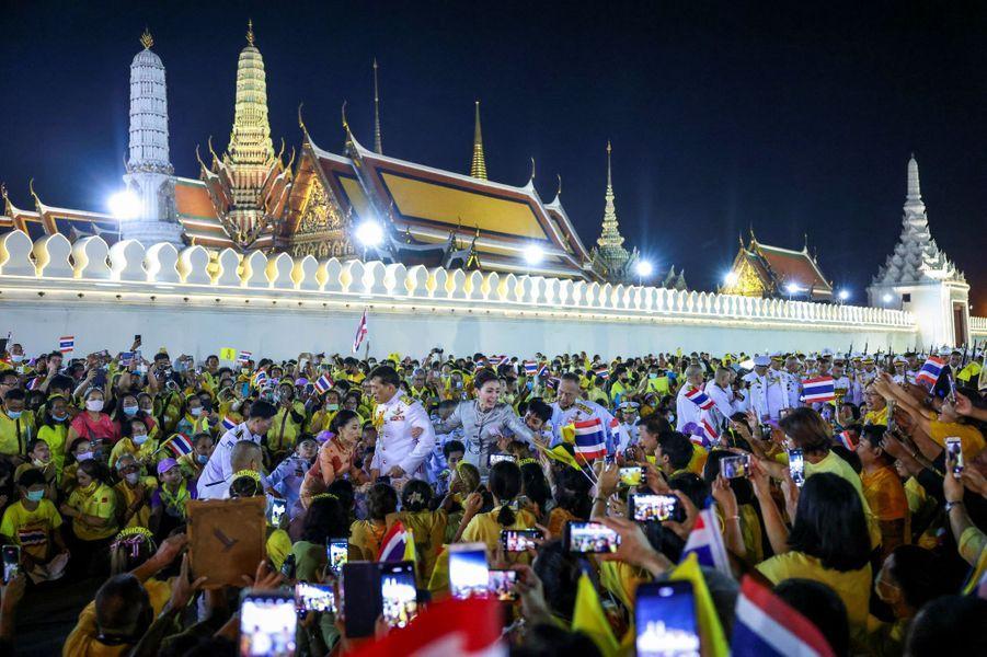 La princesse Bajrakitiyabha, la reine Suthida et le roi Maha Vajiralongkorn de Thaïlande à Bangkok, le 1er novembre 2020