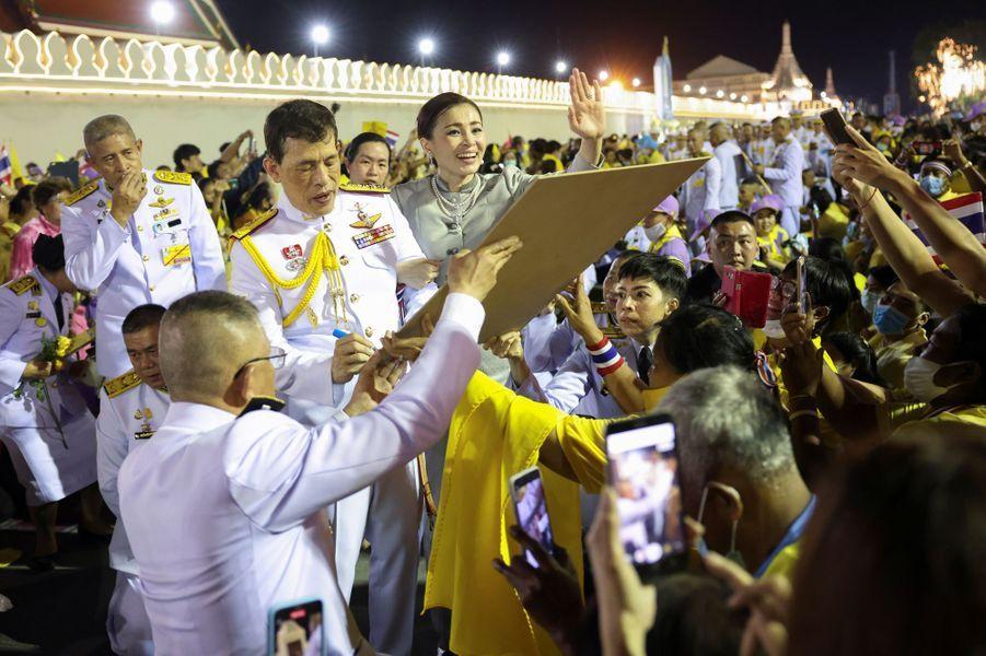 La reine Suthida et le roi Maha Vajiralongkorn de Thaïlande à Bangkok, le 1er novembre 2020