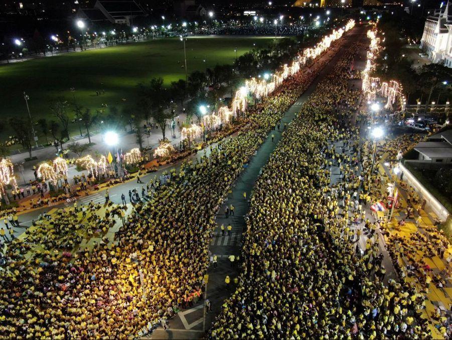 Les royalistes venus acclamer le roi Maha Vajiralongkorn de Thaïlande à Bangkok, le 1er novembre 2020