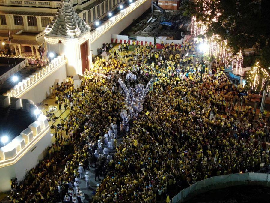 Les partisans du roi Maha Vajiralongkorn de Thaïlande venus l'acclamer à Bangkok, le 1er novembre 2020