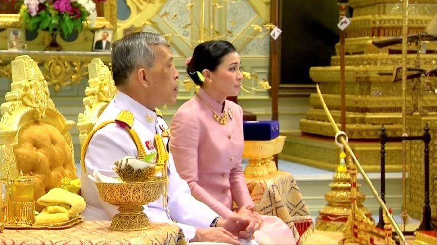 Le roi de Thaïlande Maha Vajiralongkorn et sa femme, la nouvelle reine Suthida, le jour de leur mariage à Bangkok, le 1er mai 2019