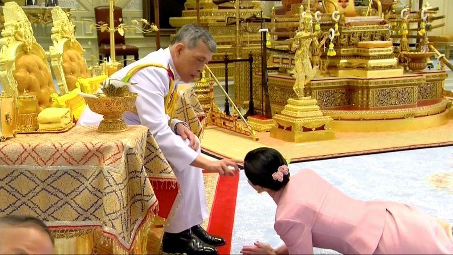 Le roi de Thaïlande Maha Vajiralongkorn et sa femme, la nouvelle reine Suthida, le 1er mai 2019, jour de leur mariage à Bangkok