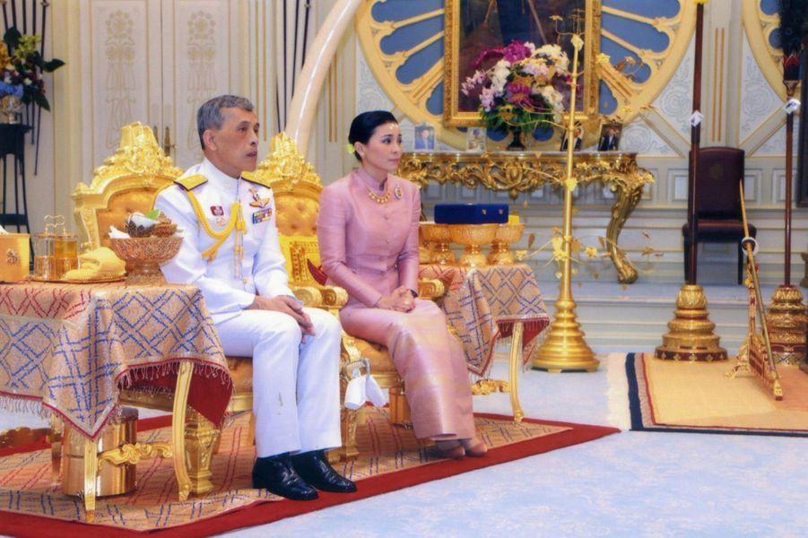 Le roi de Thaïlande Maha Vajiralongkorn et sa femme, la nouvelle reine Suthida, le 1er mai 2019 à Bangkok