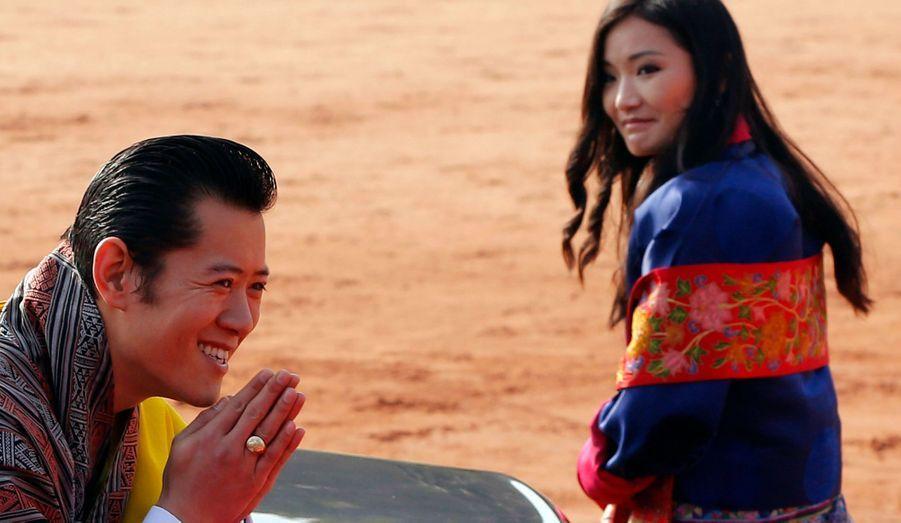 """Le roi du Bhoutan Jigme Khesar Namgyel Wangchucket son épouse Jetsun Pema sont en visite en Inde pour une semaine. Le """"roi dragon"""" et son épouse seront les invités d'honneur de la fête nationale indienne samedi. A leur arrivée, le jolie couple a été accueilli par le Premier ministre Manmohan Singh."""