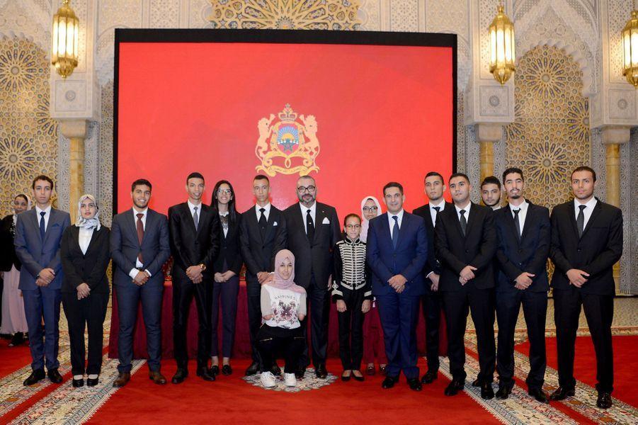 Le roi du Maroc Mohammed VI encadré de ses deux enfants, le prince Moulay El Hassan et la princesse Lalla Khadija, à Rabat le 17 septembre 2018