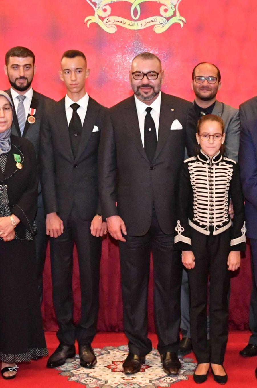 Le roi du Maroc Mohammed VI encadré de ses deux enfants, à Rabat le 17 septembre 2018