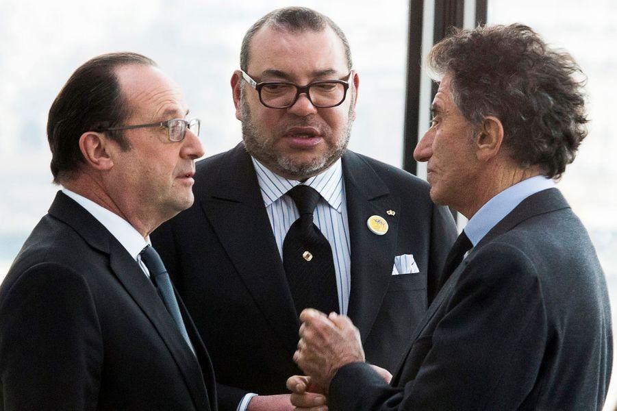 Le roi Mohammed VI du Maroc avec François Hollande et Jack Lang à l'Institut du monde arabe à Paris, le 17 février 2016
