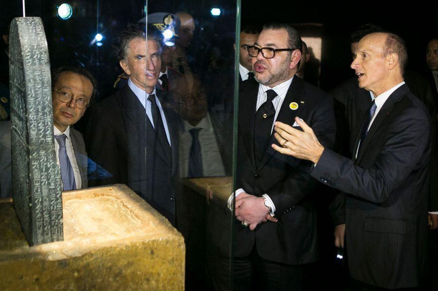 Le roi Mohammed VI du Maroc avec Jack Lang à l'Institut du monde arabe à Paris, le 17 février 2016