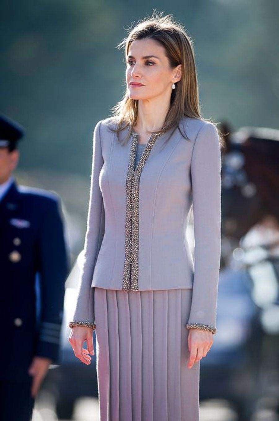 Le roi Felipe VI d'Espagne et la reine Letizia reçoivent Michelle Bachelet au palais du Pardo à Madrid, le 29 octobre 2014