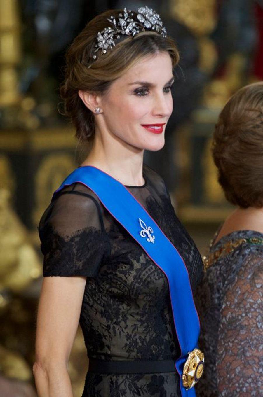 Le roi Felipe VI d'Espagne et la reine Letizia reçoivent Michelle Bachelet au palais royal à Madrid, le 29 octobre 2014
