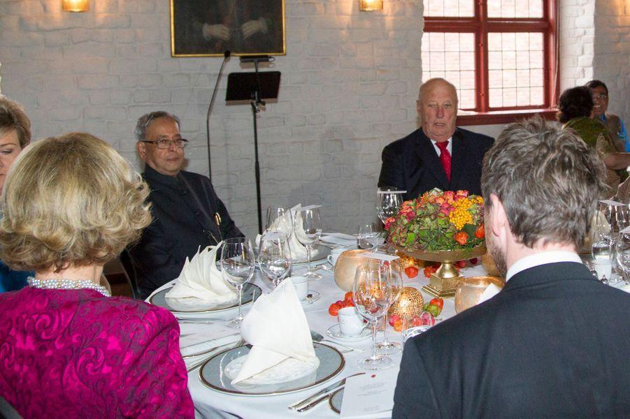 Déjeuner au château d'Akershus à Oslo avec la Premier ministre pour la famille royale de Norvège et leurs hôtes indiens à Oslo le 14 octobre 2...