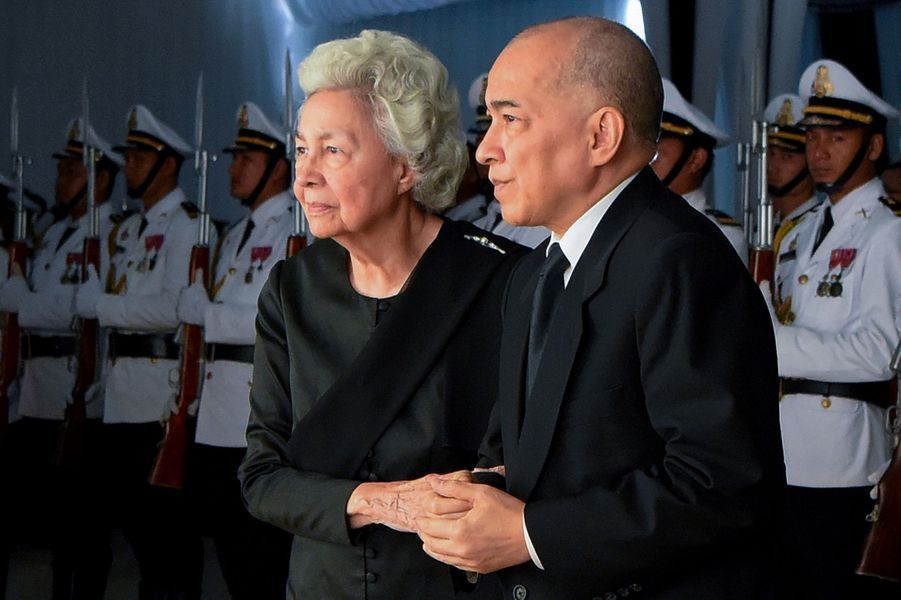 Le roi Norodom Sihamoni du Cambodge et sa mère, l'ancienne reine consort Norodom Monineath, à Phnom Penh le 20 novembre 2019