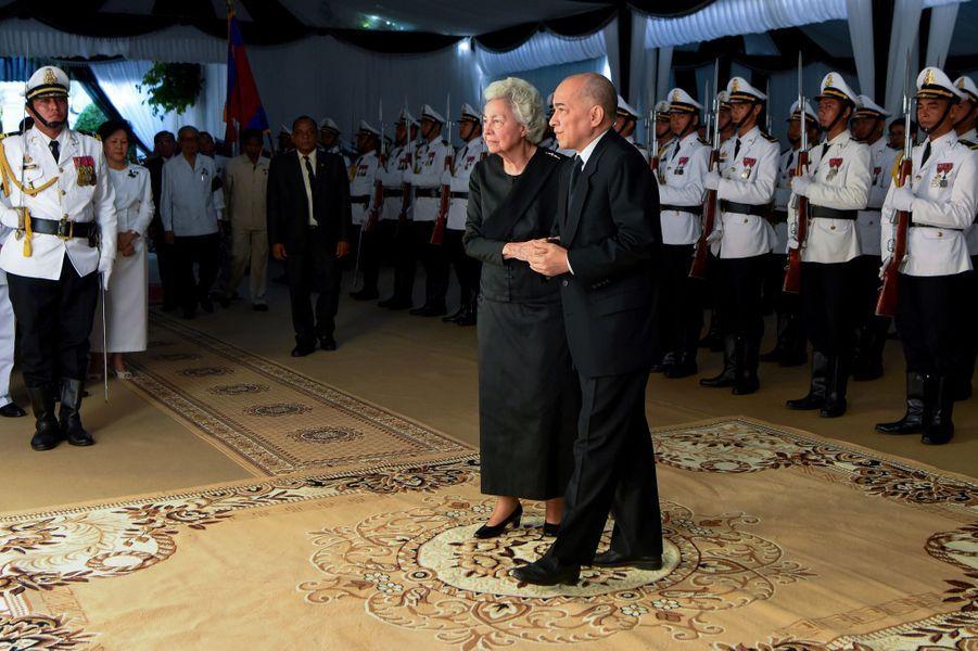 Le roi Norodom Sihamoni du Cambodge et sa mère, l'ancienne reine consort Norodom Monineath, rendent hommage à la princesse Buppha Devi à Phnom Penh le 20 novembre 2019