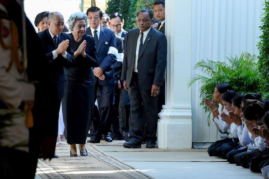 Le roi Norodom Sihamoni du Cambodge et l'ancienne reine consort Norodom Monineath rendent hommage à la princesse Buppha Devi à Phnom Penh le 20 novembre 2019