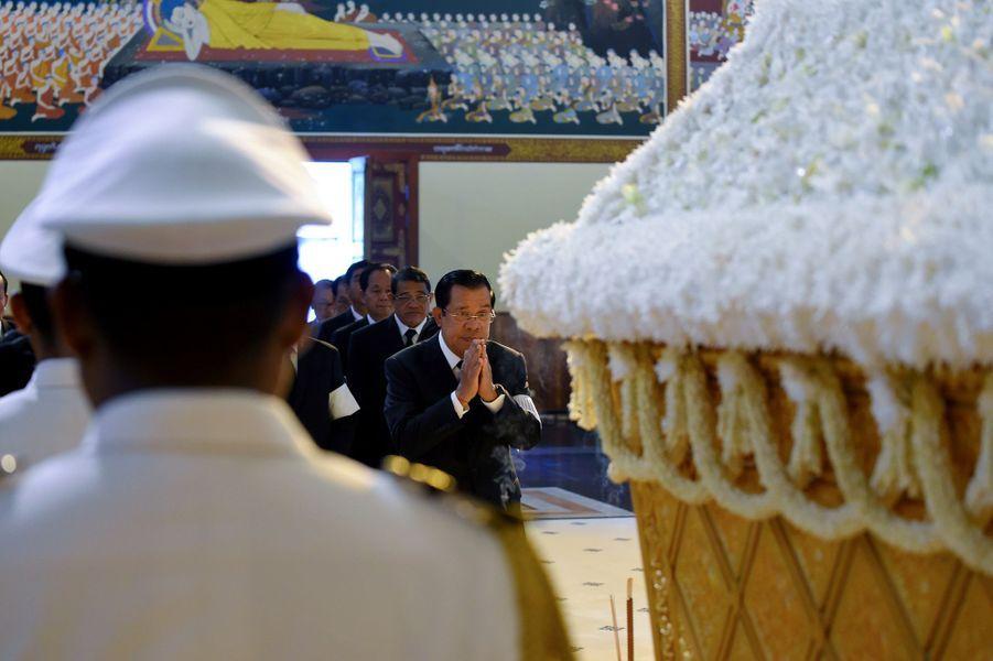 Le Premier ministre du Cambodge Hun Sen se recueille devant le cercueil de la princesse Buppha Devi, à Phnom Penh le 20 novembre 2019