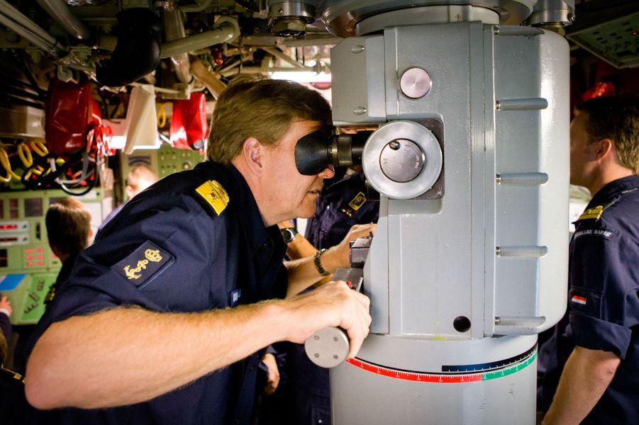 Le roi Willem-Alexander des Pays-Bas visite des navires de guerre participant à un exercice naval dans la Baltique, le 8 octobre 2014