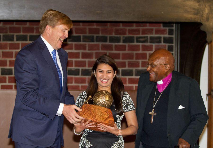 Le roi Willem-Alexander des Pays-Bas et Desmond Tutu remettent le Prix international de la Paix des enfants à La Haye, le 18 octobre 2014