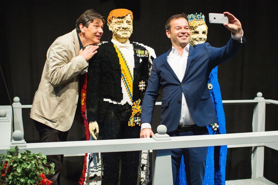 Dirk Denoyelle avec ses statues en Lego du roi Willem-Alexander des Pays-Bas et de la reine Maxima à Utrecht, le 16 octobre 2014