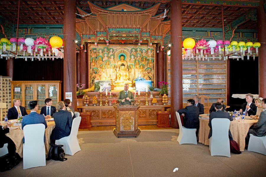 Le roi Willem-Alexander des Pays-Bas et la reine Maxima participent à un séminaire dans le Temple Jeonggak de l'Université Dongguk, le 3 novembre...