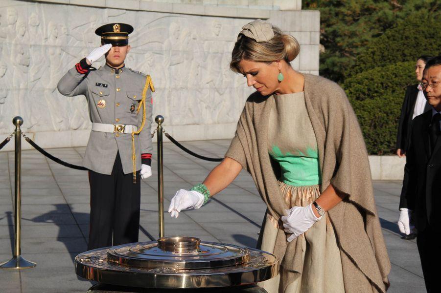 Le roi Willem-Alexander des Pays-Bas et la reine Maxima participent à une cérémonie au Cimetière national de Séoul, le 3 novembre 2014