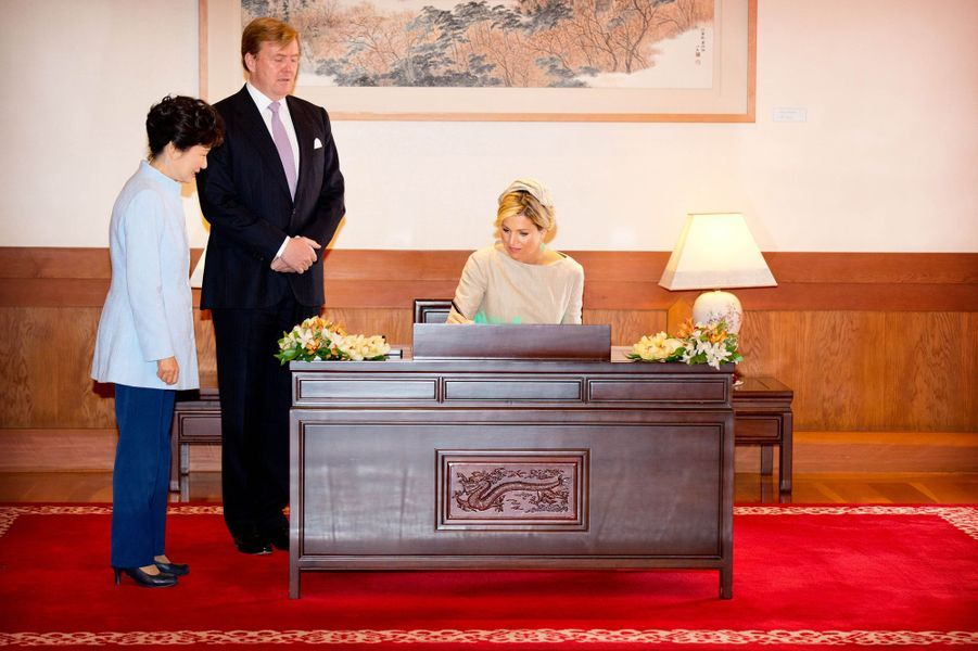 Le roi Willem-Alexander des Pays-Bas et la reine Maxima sont reçus par Park Geun-hye à Séoul, le 3 novembre 2014