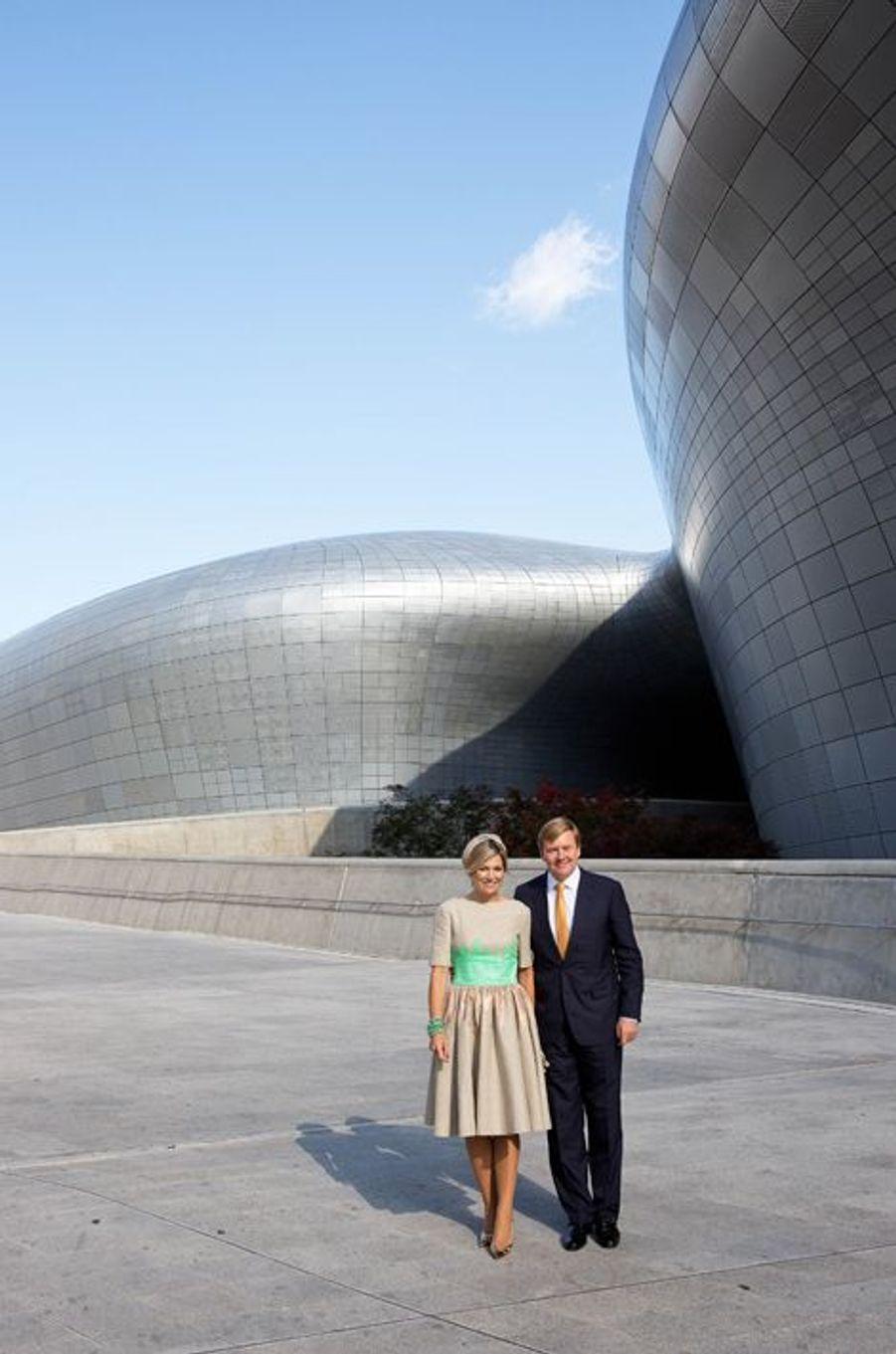 Le roi Willem-Alexander des Pays-Bas et la reine Maxima visitent la Dongdaemun design Plaza à Séoul, le 3 novembre 2014
