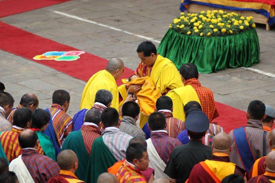 L'ancien roi du Bhoutan avec son petit- fils au dzong de Punakha, le 16 avril 2016