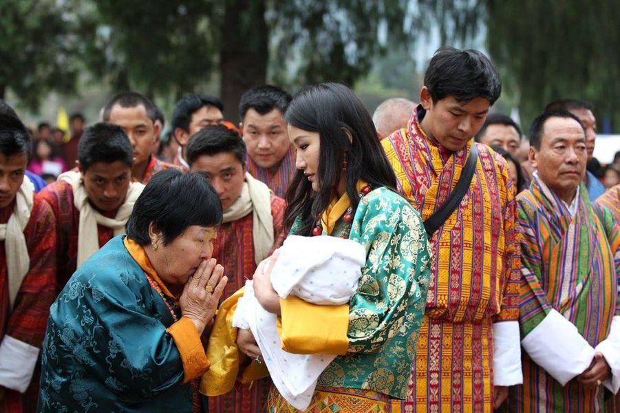 La reine du Bhoutan avec son fils au dzong de Punakha, le 16 avril 2016