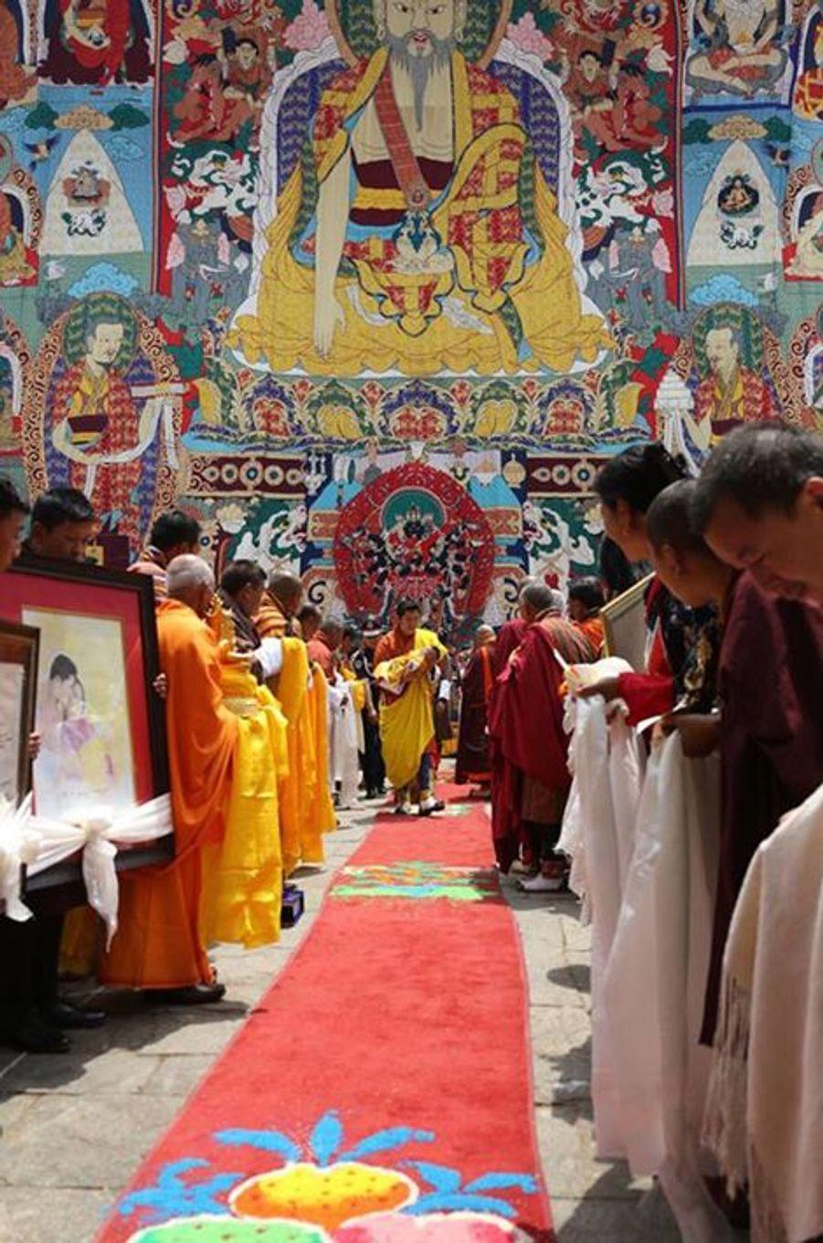 Le roi du Bhoutan avec son fils au dzong de Punakha, le 16 avril 2016