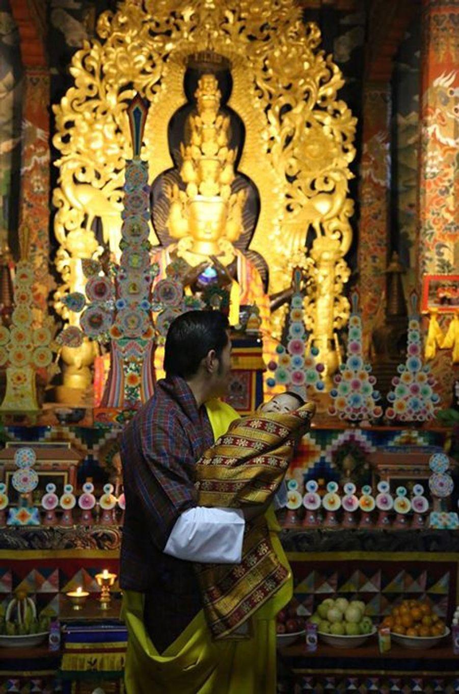 Le roi du Bhoutan avec son fils au monastère Changangkha Lhakhang à Thimphu, le 15 avril 2016