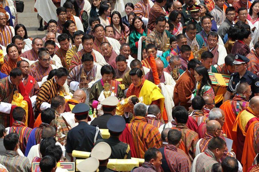 Le roi et la reine du Bhoutan avec leur fils au dzong de Punakha, le 16 avril 2016