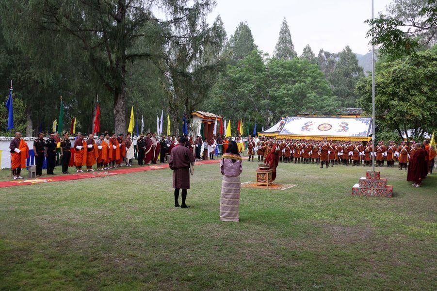 Le roi et la reine du Bhoutan avec leur fils au monastère Changangkha Lhakhang à Thimphu, le 15 avril 2016