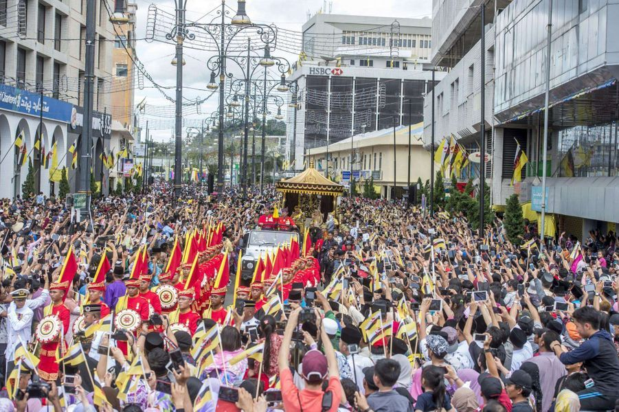 Défile du jubilé d'or des 50 ans de règne du sultan de Brunei Hassanal Bolkiah à Bandar Seri Begawan le 5 octobre 2017