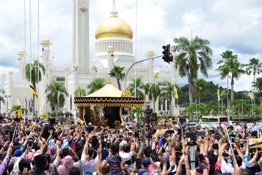 Défile dans le chariot royal lors du jubilé d'or des 50 ans de règne du sultan de Brunei Hassanal Bolkiah à Bandar Seri Begawan le 5 octobre 2017