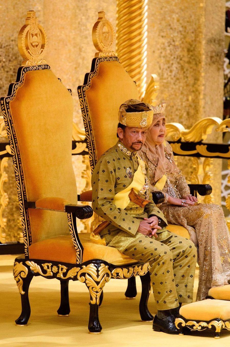 Le sultan de Brunei Hassanal Bolkiah et sa femme la reine Anak Hajah Saleha à Bandar Seri Begawan le 5 octobre 2017