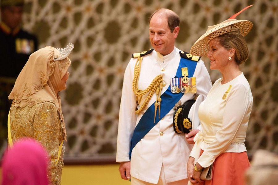 La comtesse Sophie de Wessex et le prince Edward d'Angleterre avec la reine Saleha au Sultanat de Brunei, le 5 octobre 2017