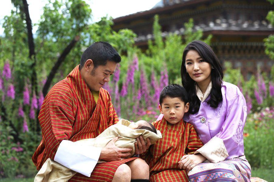 Le roi du Bhoutan Jigme Khesar Namgyel Wangchuck et la reine Jetsun Pema avec leurs deux fils. Photo diffusée le 31 mai 2020