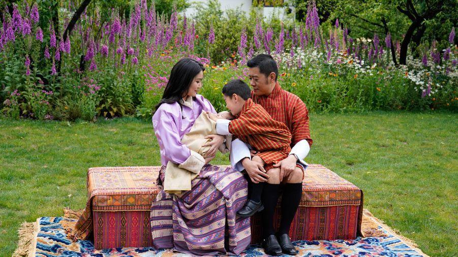 Le roi du Bhoutan Jigme Khesar Namgyel Wangchuck et la reine Jetsun Pema avec leur fils aîné le Gyalsey et leur bébé. Photo diffusée le 31 mai 2020
