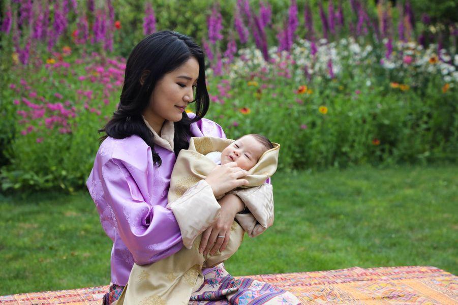 La reine Jetsun Pema du Bhoutan avec son nouveau Royal Baby. Photo dévoilée le 31 mai 2020