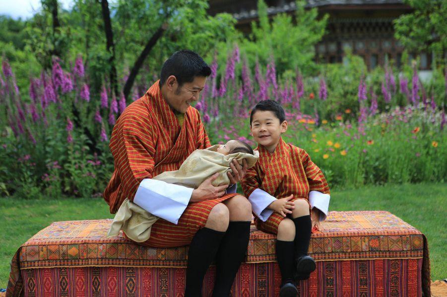 Le roi Jigme Khesar Namgyel Wangchuck du Bhoutan avec ses deux fils. Photo diffusée le 31 mai 2020