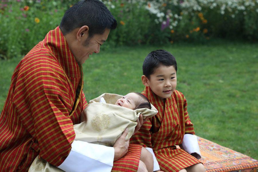 Le roidu Bhoutan Jigme Khesar Namgyel Wangchuck avec ses deux fils. Photo diffusée le 31 mai 2020