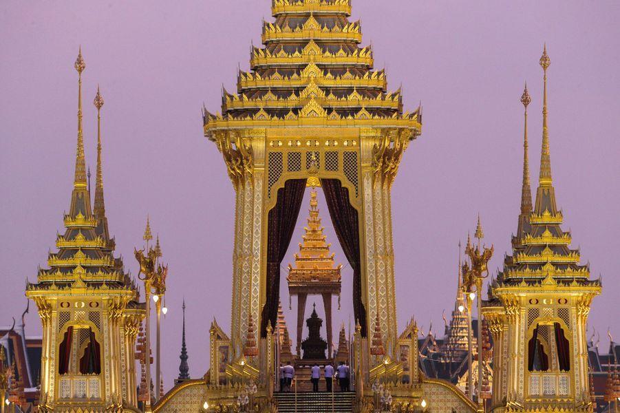 Le crématorium doré construit pour les funérailles du roi Bhumibol de Thaïlande, le 26 octobre 2017